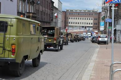 Policjanci zabezpieczali zlot pojazdów militarnych