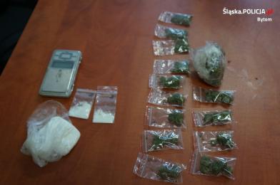 Wpadło 5 osób z narkotykami i dopalaczami