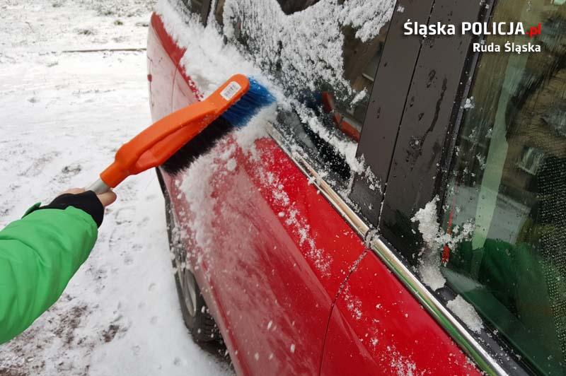 Oszronione szyby, samochód pokryty śniegiem. Co za to grozi?