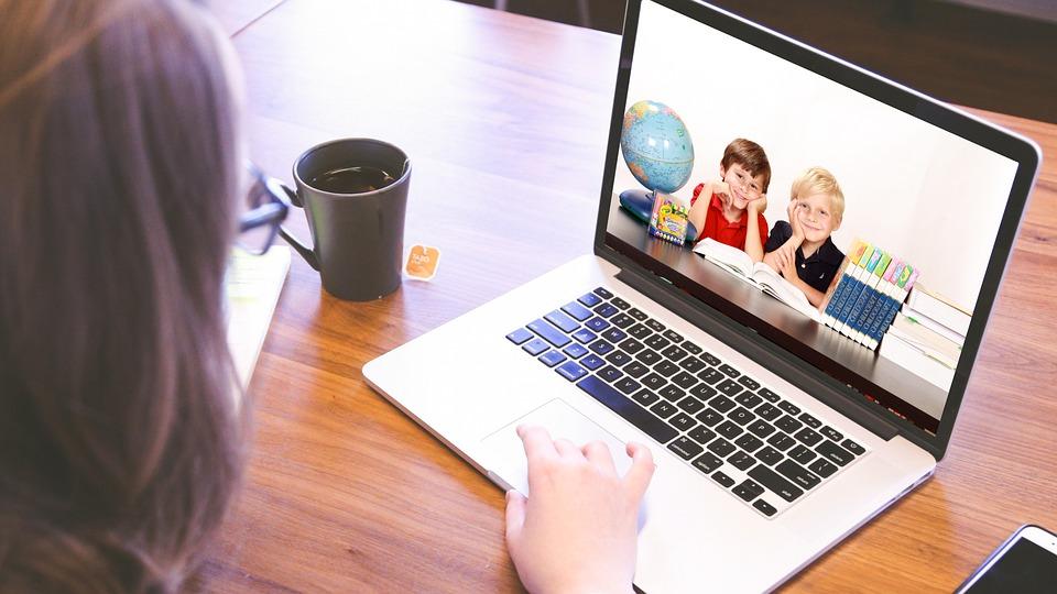 Piontkowski: przygotowano programy umożliwiające zakup sprzętu komputerowego dla szkół