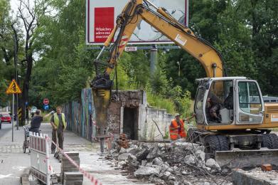 Trwa rozbiórka murowanego ogrodzenia przy ul. Zabrzańskiej